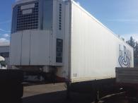Semiremolque frigorífico Trailor de 2 ejes, con puerta elevadora en la parte trasera y puerta de acceso lateral. Equipo de frío de mantenimiento marca Thermo King SB1 30.
