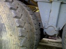 Bañera marca Meiller, de dos ejes de rueda doble con ballestas, puerta trasera tipo escollera, del año 1994. Tara 8550 y MMA 32.500