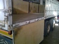 Plataforma basculante, chasis de hierro Leciñena, caja de aluminio, laterales de poliéster. 3 ejes, suspensión neumática, frenos de tambor.
