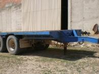 Remolque usado tipo plataforma de dos ejes.