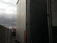 Semiremolque de lonas correderas marca Schmitz CargoBull de 3 ejes, del año 2005, con techo corredero nuevo, frenos de disco y suspensión neumática. Medidas: 13.55x2.48x2.78m
