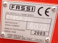 Camión IVECO MH260E31/TN, 6x2, con tercer eje de rueda doble y elevable, con caja basculante y grúa Fassi 195A.24 de 5 prolongas hidráulicas y 2 manuales, con radio mando, la grúa es del año 2005.