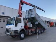 Camión de ocasión marca IVECO   modelo MP260E31/TN,  6X2, de 310cv, con 214.013km con caja basculante del año 2000 y grúa FASSI 195A.24 del año 2005.