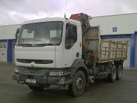 Camión Renault 400.26 con caja basculante y grúa HMC 2123K4 con remolque portamaquinas de 3 ejes.