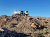 Nueva entrada en stock tractora ASTRA HD7C 66.45, 6x6, 450cv con cambio manual y 6 ruedas sencillas anchas 14R20, del año 2005 con 538.208km y 7.124 horas, con cisterna de purin de 23.500 litros de capacidad, mando a distancia y GPS, con depresor independiente.  Camión que por su configuración se adapta fácilmente a cualquier terreno, ágil, reducido radio de giro, para trabajar en las condiciones de más dificultad, terrenos labrados, con tierra removida .... La mitad de la cisterna descansa en la tractora por lo que la capacidad de agarre es increíble.  Es mas flexible que un rígido, más capacidad de carga, gira más, tiene más tracción, ensucia menos la carretera, es más polivalente ya que se puede desenganchar la cisterna y poner una bañera basculante, una plataforma, una góndola...