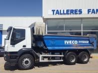 Dumper de ocasión IVECO AD380T38, 6x4 del año 2005 con caja bascualnte marca Galucho.