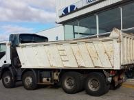 Dumper de ocasión marca IVECO modelo AD410T44, 8x4 del año 2005, con caja de 19m3, lleva enganche trasero.